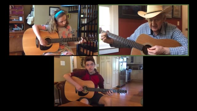 stockvideo's en b-roll-footage met senior grandfather teaches his two young grandchildren how to play the acoustic guitar via video call (audio) - muzikant