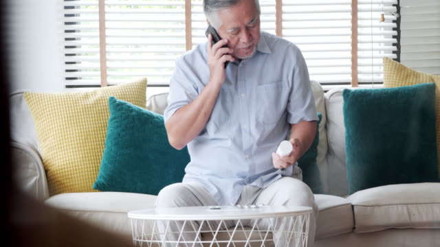 vídeos de stock, filmes e b-roll de tecnologia de saúde sênior - prescription medicine