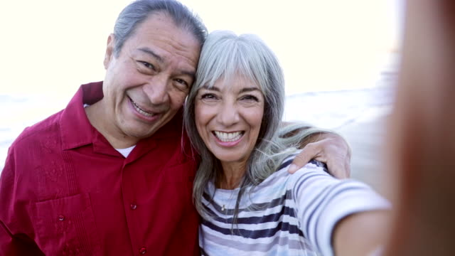 senior hispanic couple machen selfie am strand - älteres paar stock-videos und b-roll-filmmaterial