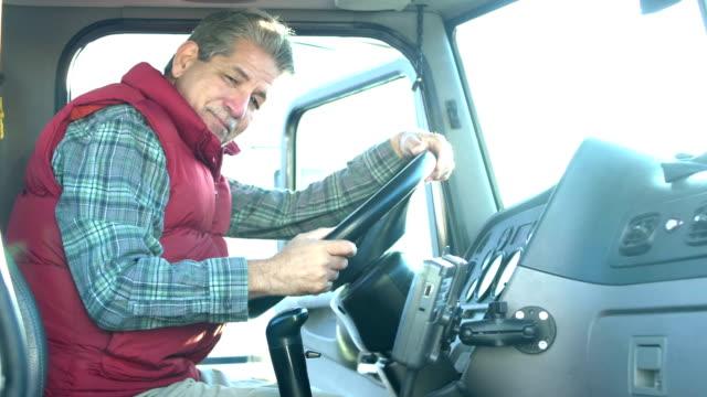 シニアヒスパニックトラック運転手、セミトラックに登る - トラック運転手点の映像素材/bロール