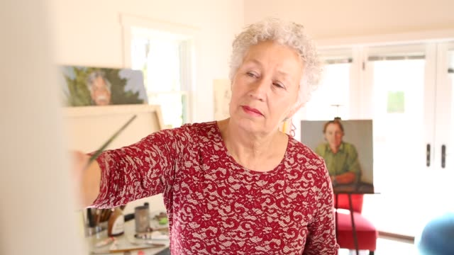 stockvideo's en b-roll-footage met senior hispanic woman artist - werkende bejaarden