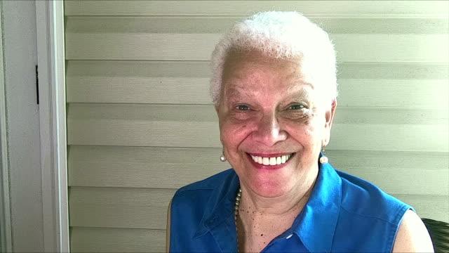 entspannen auf der veranda, senior hispanic frau lächelnd - perlenohrringe stock-videos und b-roll-filmmaterial