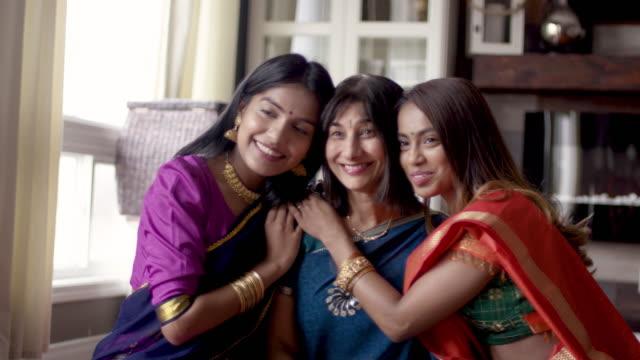 senior indische mutter posiert mit erwachsenen töchtern - dashahara stock-videos und b-roll-filmmaterial