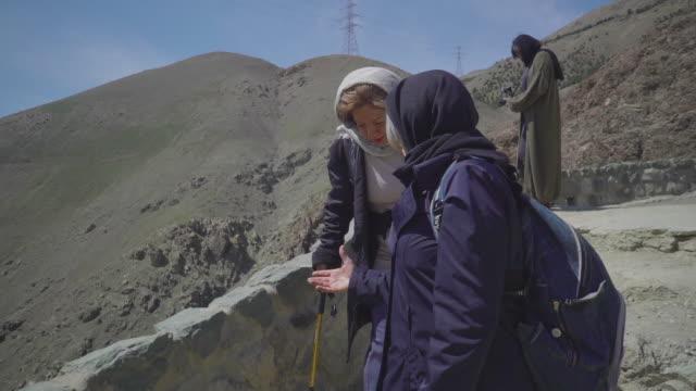 vídeos de stock, filmes e b-roll de senior iranian women chatting and hiking - vestimenta religiosa