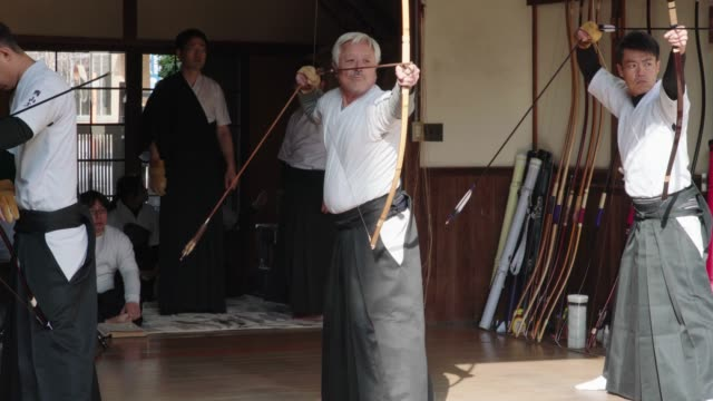 年上の日本人アーチャー取ること彼のショット - hobbies点の映像素材/bロール