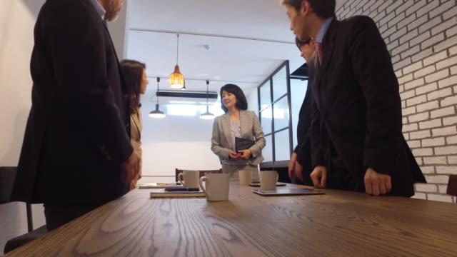 シニアの日本ビジネスの女性ビジネス会議に参加します。 - マーケティング点の映像素材/bロール