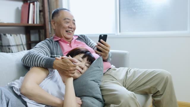 Senior japanisches Ehepaar Entspannung zu Hause