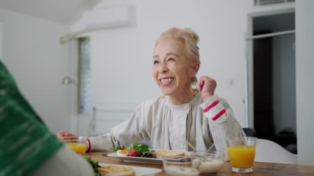 朝食と良い会社を味わうシニア日本人カップル - 朝食点の映像素材/bロール