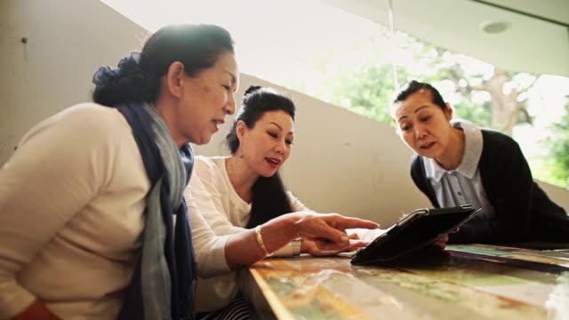 senior japanese ladies using tablet - アクティブシニア点の映像素材/bロール