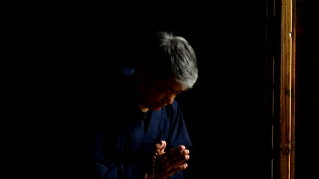 senior japanese man praying at a temple - tatami mat stock videos and b-roll footage