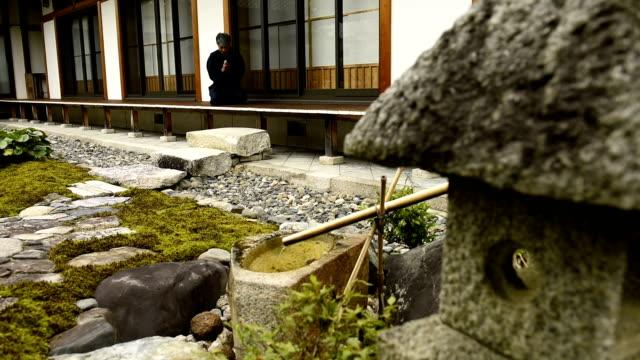 Senior japanische Mann beten im Tempel