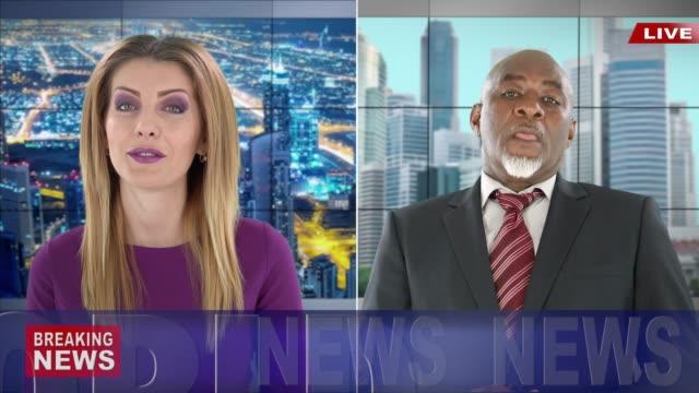 stockvideo's en b-roll-footage met 4k: senior journalist live verslaggeving in tv nieuws - aankondigingsbericht