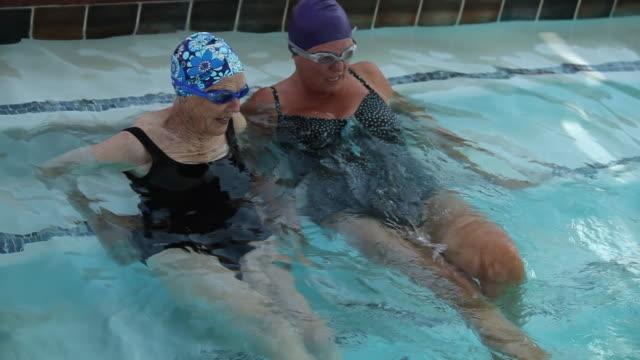 """ms senior ladies in swimming pool / laguna woods, ca, united states "" - ritemprarsi video stock e b–roll"