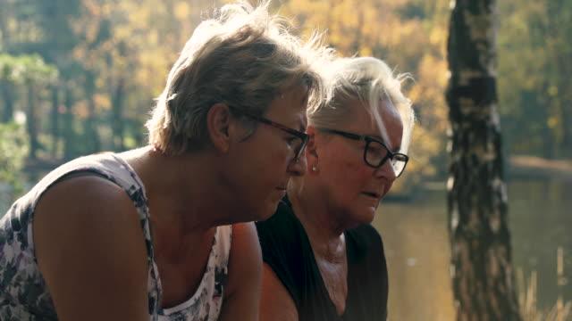 senior damer pratar utomhus - medelålders kvinnor bildbanksvideor och videomaterial från bakom kulisserna