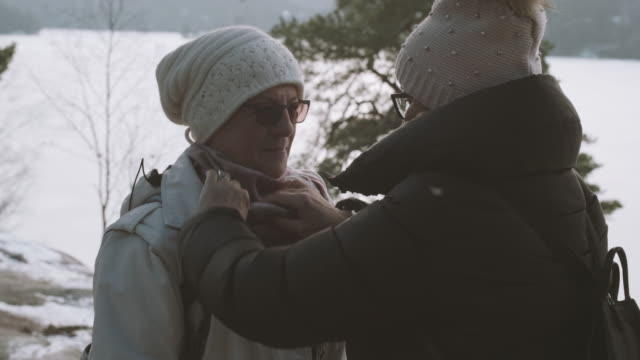 ältere damen im wald wandern - wintermantel stock-videos und b-roll-filmmaterial