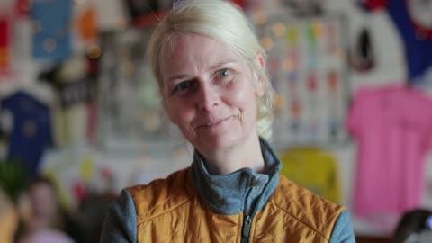 senior dam cyklist porträtt - 50 54 år bildbanksvideor och videomaterial från bakom kulisserna