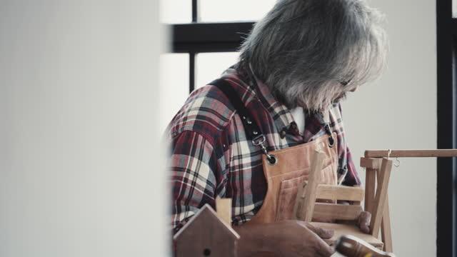 senior männliche schreinerarbeiten - brille stock-videos und b-roll-filmmaterial