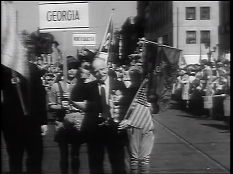 b/w 1932 senior male civil war veteran in parade removing hat swaying from foot to foot - 1932年点の映像素材/bロール