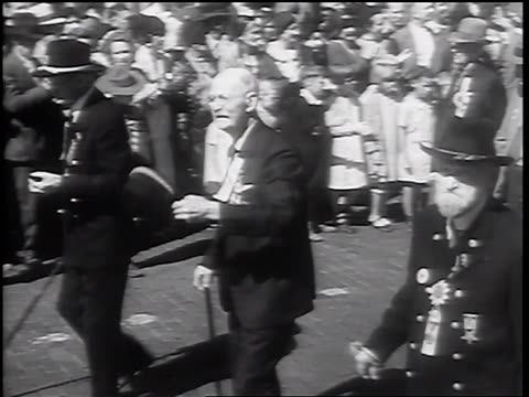pan senior male civil war veterans walking in parade / springfield il - 1932 stock-videos und b-roll-filmmaterial