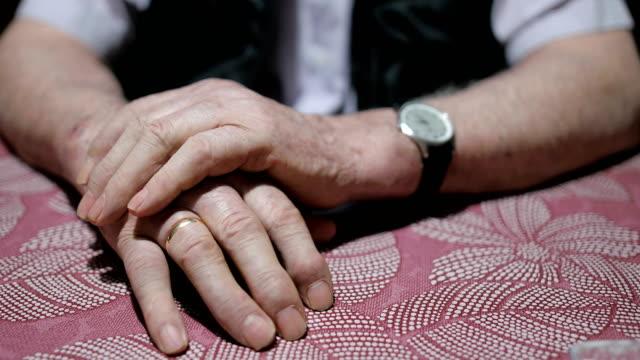 年配の男性手にテーブル - 過去点の映像素材/bロール