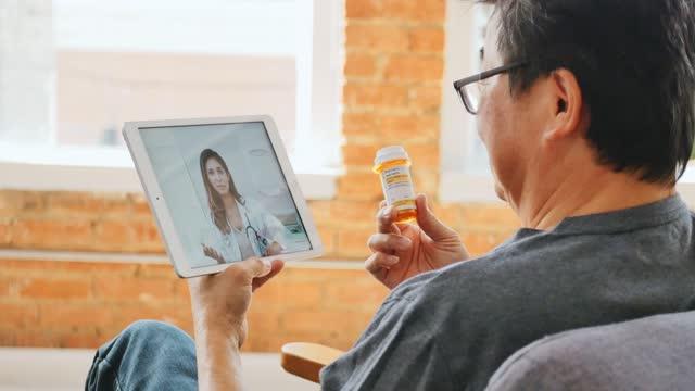 stockvideo's en b-roll-footage met senior mannelijke patiënt bespreekt medicatie met arts - medisch voorschrift