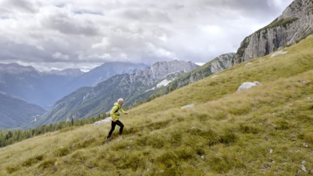 aerial senior senior runner in corsa in montagna - determinazione video stock e b–roll