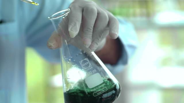 vidéos et rushes de chercheur scientifique masculin principal - chemistry