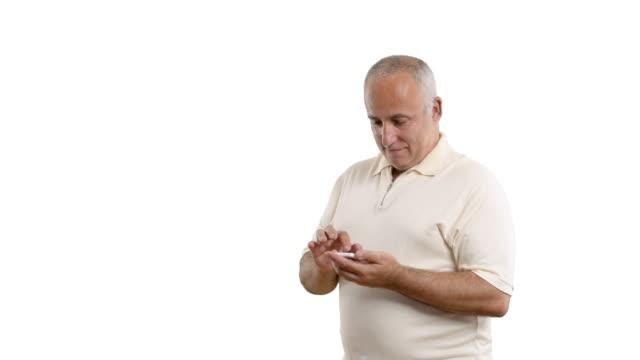vídeos y material grabado en eventos de stock de hombre mayor acelerada escribe un mensaje en el teléfono - camisa blanca