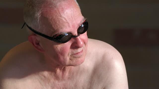 vídeos de stock e filmes b-roll de cu senior man adjusting his swimming goggles / seattle, washington, usa - só um homem idoso