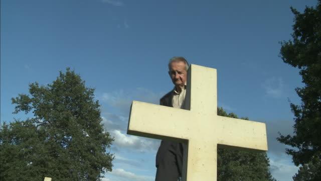 vídeos y material grabado en eventos de stock de ms la senior man approaching tombstone at cemetery, latour, belgium - cementerio