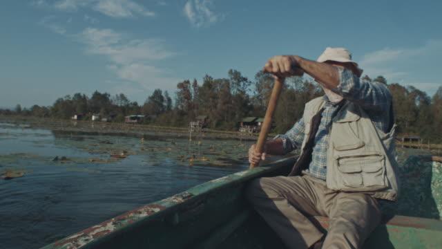 vídeos y material grabado en eventos de stock de hombre mayor en barco en el lago - gente de tercera edad activa