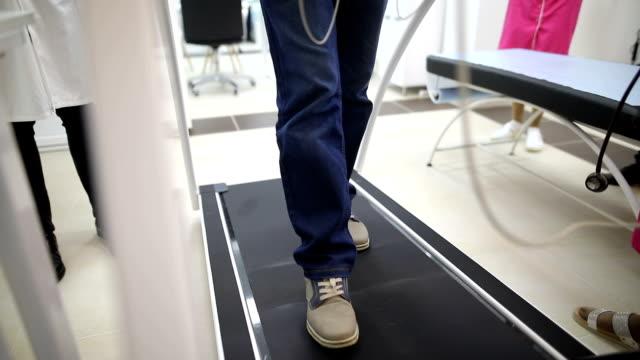 vidéos et rushes de homme aîné à la cardiologie - rétablissement