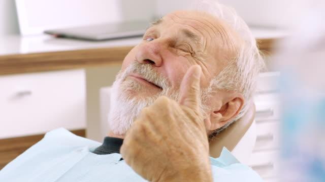 senior woman am daumen auftauchend zahnarztpraxis - vollbart stock-videos und b-roll-filmmaterial