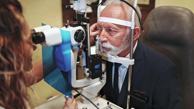 vídeos de stock, filmes e b-roll de idoso em tratamento de oftalmologia - olho humano