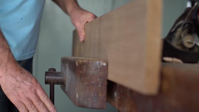 vídeos de stock, filmes e b-roll de homem sênior no trabalho - brasileiro pardo