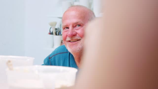 陶器ポット作りワークショップに参加する先輩男性 - 薄毛点の映像素材/bロール
