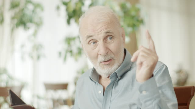 vídeos de stock, filmes e b-roll de homem sênior telefone um garçom - perguntando