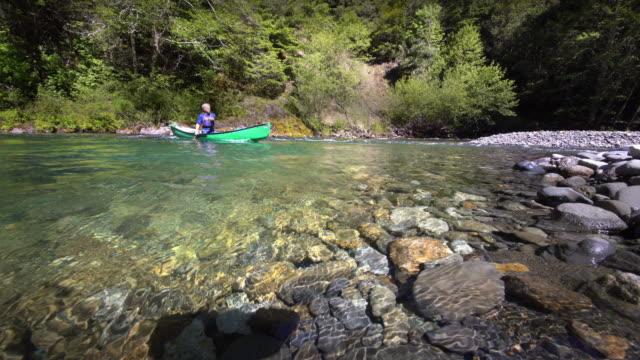 senior man canoeing on river, oregon - kanotsport bildbanksvideor och videomaterial från bakom kulisserna