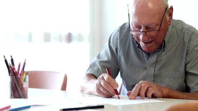 vídeos y material grabado en eventos de stock de senior hombre para colorear - dibujar