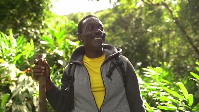 uomo anziano che contempla durante le escursioni in una foresta - inspirare video stock e b–roll