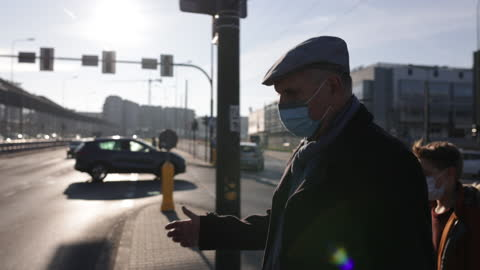 vídeos y material grabado en eventos de stock de hombre mayor cruzando la calle durante la pandemia covid-19 - paso peatonal vías públicas