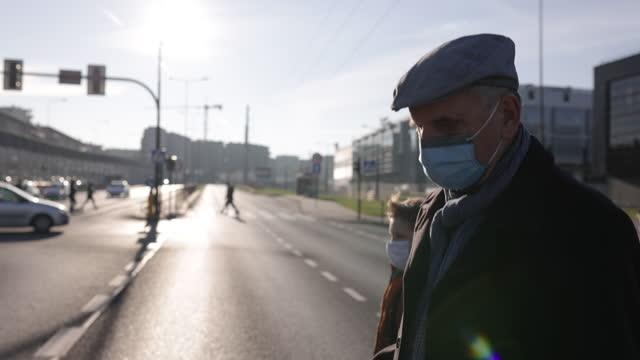 vidéos et rushes de homme aîné traversant la rue pendant la pandémie de covid-19 - traverser