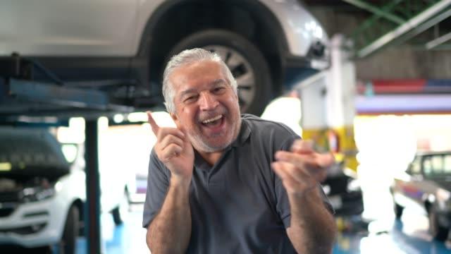 vídeos y material grabado en eventos de stock de hombre mayor bailando en reparación de automóviles - entusiasmo