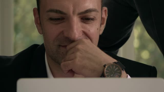 senior man discussing with colleague on meeting - caposquadra video stock e b–roll