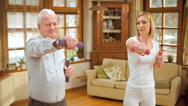 senior hombre haciendo de San Luis Obispo Missouri supervisado los ejercicios en su casa