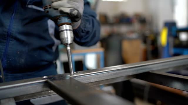 vídeos de stock, filmes e b-roll de homem sênior de perfuração de metal - aço