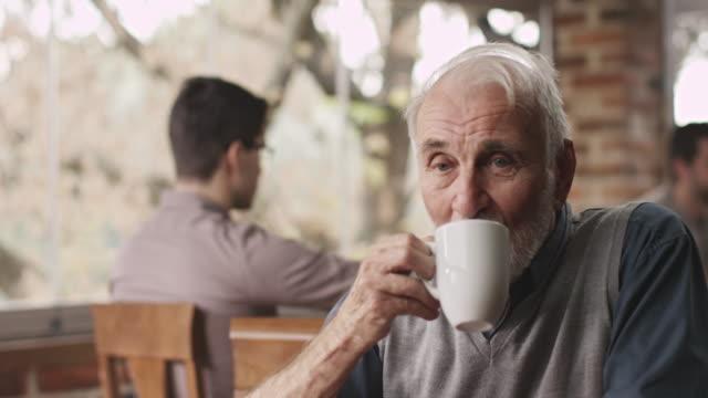 alter mann, trinkt kaffee - cool und lässig stock-videos und b-roll-filmmaterial