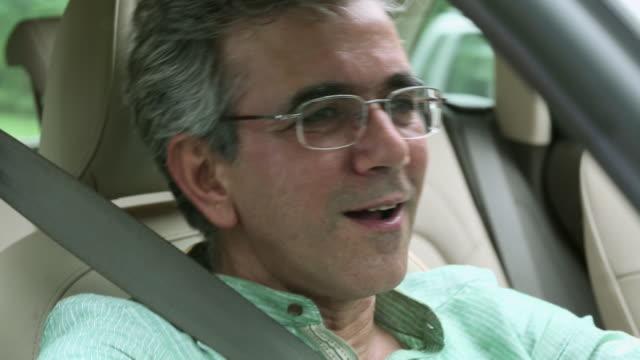 senior man driving a car - gesichtsausdruck stock-videos und b-roll-filmmaterial
