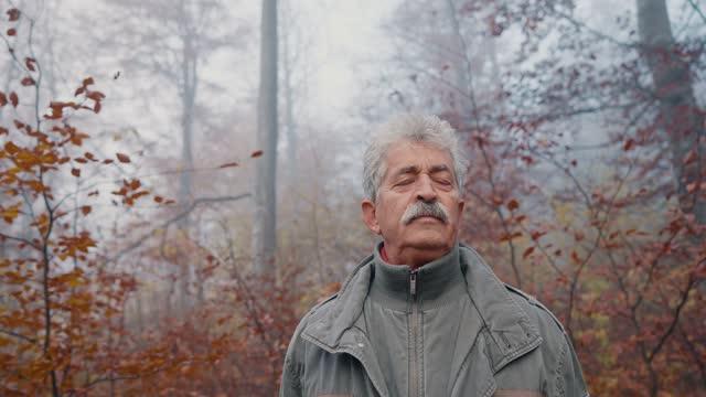 vídeos de stock e filmes b-roll de senior man enjoying in the fresh air - olhos fechados