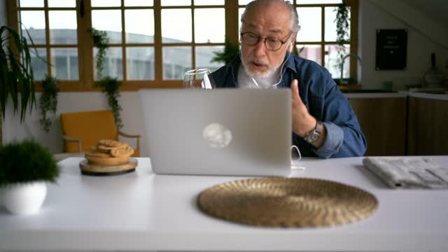 vidéos et rushes de homme aîné appréciant le temps avec des amis en ligne - seniornaute